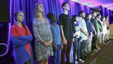 Greta Thunberg (gauche) aux côtés des quinze autres enfants avec qui elle a déposé plainte