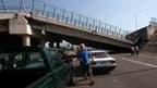 Une passerelle effondrée au-dessus de l'autoroute à Curico, dans le centre du Chili. Le séisme qui a frappé le pays samedi, l'un des plus puissants depuis un siècle, a fait plus de 300 morts et a été à l'origine d'alertes au tsunami dans plusieurs pays de