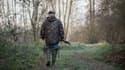 Un chasseur marche dans la nature à Vouvray, dans le centre de la France.