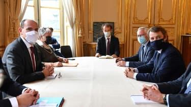 Le maire de Troyes et président de l'association des maires de France (AMF) François Baroin (D) lors d'une rencontre avec le Premier ministre Jean Castex (G), le 30 septembre 2020 à Paris