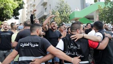 L'armée libanaise forme une chaîne pour bloquer les partisans des mouvements chiites libanais Hezbollah et Amal quicrient des slogans contre les manifestants antipouvoir dans le centre de Beyrouth, le 6 juin 2020