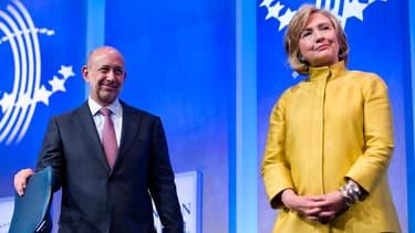 Hillary Clinton en compagnie du PDG de la banque Goldman Sachs, Lloyd Blankfein, à l'occasion d'une conférence en septembre 2014.