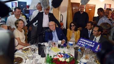 """Jean-Marie Le Pen, samedi 4 septembre à Marseille, entouré d'élus du de la branche """"canal historique"""" du FN."""