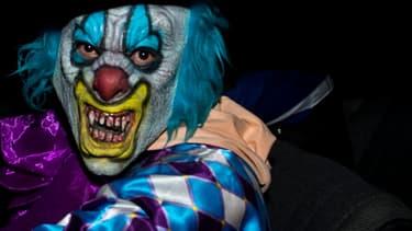 Un homme a été déféré dimanche au parquet de Béthune, dans le Pas-de-Calais, soupçonné d'avoir poursuivi et menacé des enfants à l'arme blanche, déguisé en clown. (Photo d'illustration)