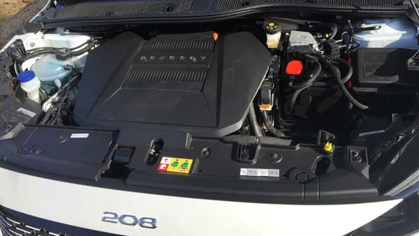 Ce qu'on découvre en ouvrant le capot de la e-208. Côté autonomie, Peugeot promet 340 kilomètres d'autonomie (WLTP) pour sa 208 électrique. Le prix de l'installation d'une borne de recharge à la maison est de 915 euros HT, selon les chiffres fournies par Peugeot.