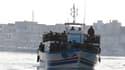 Un bateau d'immigrants arrive à Lampedusa, en Italie, dimanche. La Tunisie a déployé des soldats pour endiguer le flux de migrants clandestins qui tentent de gagner l'Italie, où seraient arrivés plus de 4.000 Tunisiens ces derniers jours. /Photo prise le