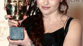 """Helena Bonham Carter pose avec sa récompense pour son rôle dans """"Le Discours d'un Roi"""" de Tom Hopper. Ce film sur le roi George VI a notamment remporté les prix du meilleur film, des meilleurs acteurs pour Colin Firth et Helena Bonham Carter et du meilleu"""
