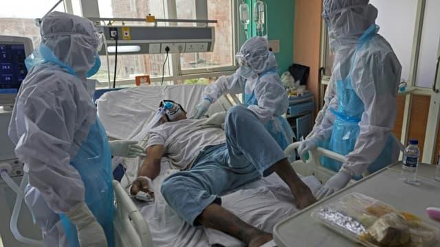Le personnel soignant s'occupe d'un malade du Covid-19 dans un hôpital du Covid-19 dans une unité de soins intensifs à l'hopital Sharda, à Greater Noida, le 15 juillet 2020