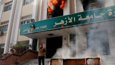 Des étudiants soutenant les Frères musulmans ont incendié samedi matin un bâtiment de la faculté de Commerce de l'université Al-Azhar au Caire.