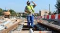 Un ouvrier sur le chantier du tramway à Toulouse, en 2009. Pour le travail en plein air, l'employeur doit respecter des conditions particulières en cas de chaleur.