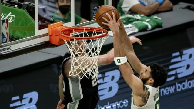 Jayson Tatum, auteur d'un match à 60 points pour les Celtics, s'apprête à inscrire un panier contre les Spurs, le 30 avril 2021 à Boston