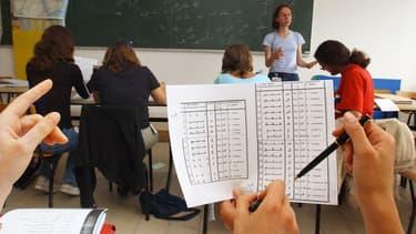 Des élèves suivent un cours d'arabe à Carquefou, en Loire-Atlantique, le 7 juillet 2005. (Photo d'illustration)
