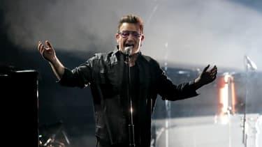 Le leader du groupe U2, Bono, sur scène à Berlin.
