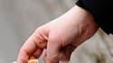 Le gouvernement prépare un plan anti-tabac qui prévoira une série de hausses de prix, l'introduction de paquets génériques sans logo et l'extension des zones non fumeurs, rapporte mercredi Le Parisien-Aujourd'hui en France. /Photo d'archives/REUTERS/Toby
