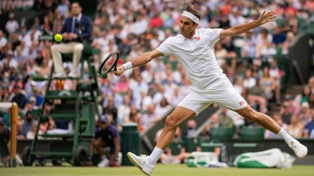 Le Suisse Roger Federer, à la volée face au Français Richard Gasquet, lors de leur match du 2e tour au tournoi de Wimbledon, le 1er juillet 2021 à Londres