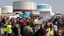 Blocage de la raffinerie de DPF à Fos-sur-Mer, près de Marseille, jeudi. Les salariés des 12 raffineries françaises sont en grève vendredi, selon des représentants des syndicats CGT et CFDT. /Photo prise le 14 octobre 2010/REUTERS/Jean-Paul Pélissier