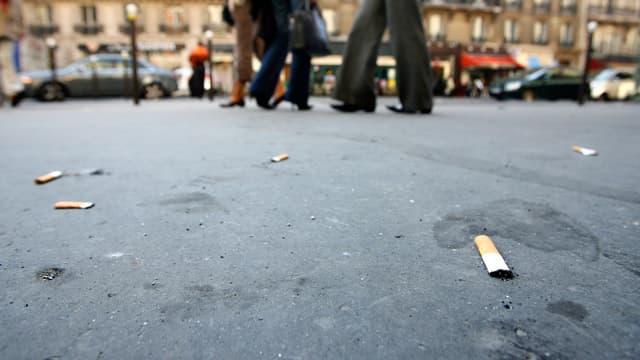 Un mégot jeté est désormais pénalisé d'une amende de 68 euros, dès ce jeudi à Paris.