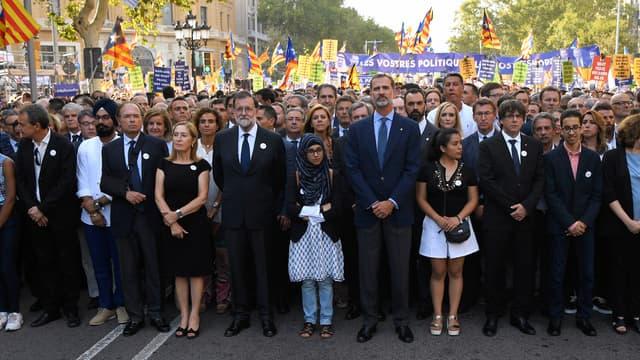 Felipe VI et Mariano Rajoy lors de la manifestation contre le terrorisme, à Barcelone.