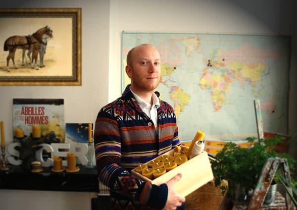 Charles van Valkenburg, 33 ans, est passé du web de Louis Vuitton à la fabrication de bougies en cire d'abeille.