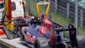 La Toro Rosso du pilote suisse a dû être tractée hors de la piste après la perte de ses roues avant. Un incident rarissime en F1.