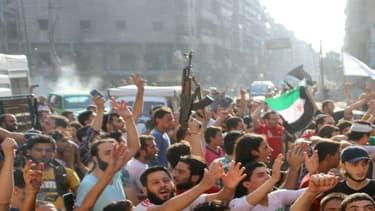 A Alep, des Syriens manifestent leur joie à la suite d'une victoire des rebelles, le 6 août 2016.
