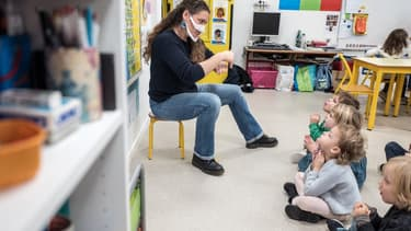Une enseignante en langue des signes dans une école de Ramonville en décembre 2020.