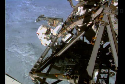 Image extraite d'une vidéo fournie par la Nasa montrant un des deux astronautes américains (G) effectuant une sortie orbitale hors de la Station spatiale internationale, le 1er mars 2015