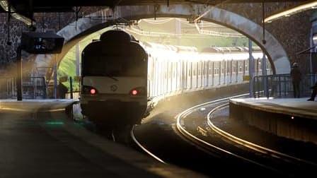 La SNCF installera 12.000 caméras de vidéosurveillance dans les gares et les trains d'Ile-de-France d'ici à 2013, afin de lutter contre l'insécurité. /Photo d'archives/REUTERS/Charles Platiau