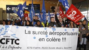 Manifestation d'agents de sécurité à l'aéroport Roissy-Charles-de-Gaulle, mercredi. Des agents de sécurité aéroportuaires ont entamé dimanche leur dixième jour de grève, sans incidence sur le trafic aérien français, en particulier à l'aéroport de Roissy-C