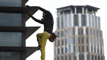 Le Français Alain Robert a été arrêté après avoir escaladé une tour à Manille.