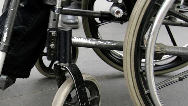 L'objectif d'accessibilité aux handicapés de tous les établissements publics en France à l'horizon 2015 ne sera pas respecté, selon un rapport remis au précédent gouvernement et rendu public mercredi. /Photo d'archives/REUTERS