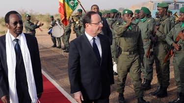 François Hollande accompagné du président malien Dioncounda Traoré, lors de sa visite au Mali le 2 février dernier.