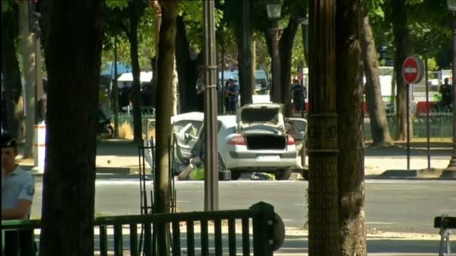 Une voiture a foncé sur une camionnette de la gendarmerie sur les Champs-Élysées, à Paris, le 19 juin 2017
