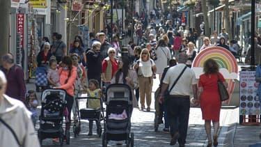 Des passants se promènent sans masques à Gibraltar (Royaume Uni) le 6 avril 2021 suite à un allègement des règles en ce sens