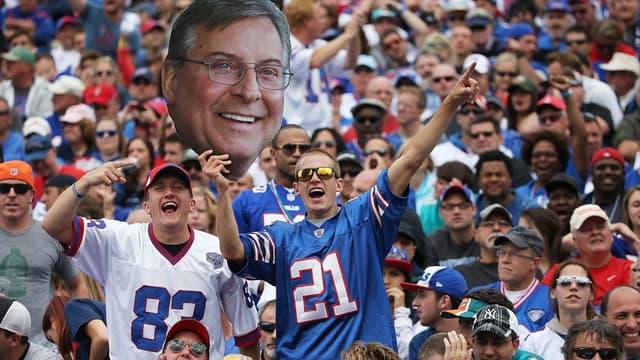 Les supporters des Buffalo Bills avec une photo de Terry Pegula