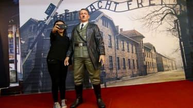 Une femme se prend en selfie avec la statue d'Hitler du musée De Mata de Yogyakarta en Indonésie, le 10 novembre 2017
