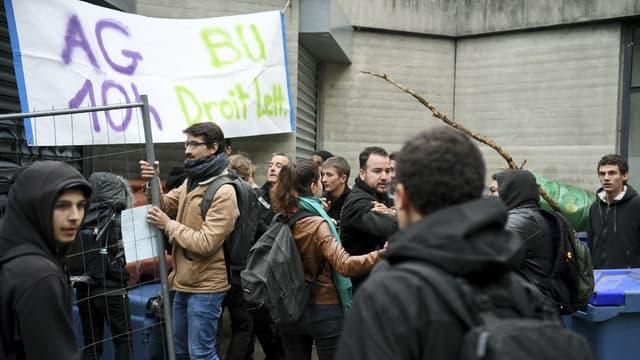 Des étudiants bloquent l'université de Grenoble pour protester contre la réforme de l'accès à l'université, le 3 mai 2018