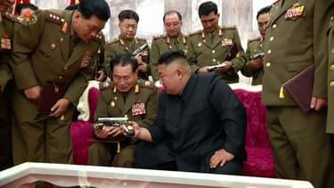 Kim Jong-Un distribue des pistolets commémoratifs pour marquer l'armistice de la Guerre de Corée