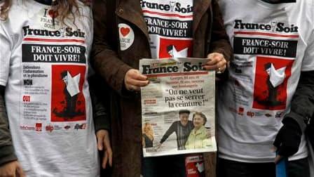 Les salariés de France Soir et leurs soutiens ont manifesté jeudi devant le ministère de la Culture et de la Communication à Paris pour exprimer leur inquiétude sur l'avenir du quotidien que la direction veut faire basculer en totalité sur internet. /Phot