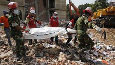 Les services de secours continuent à retirer des cadavres des décombres du bâtiment qui s'est effondré le 24 avril près de Dacca, tuant environ 550 personnes. Le Bangladesh a appelé samedi l'Union européenne à ne pas prendre de mesures restrictives contre