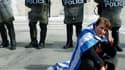 Devant la parlement grec, à Athènes. Le gouvernement grec a sommé samedi les députés frondeurs d'apporter leur soutien aux mesures d'austérité exigées par l'UE et le FMI pour la mise en oeuvre d'un second plan de sauvetage, faute de quoi ils engageront le