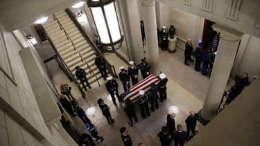 La dépouille de George H.W. Bush exposée solennellement au Capitole des Etats-Unis.