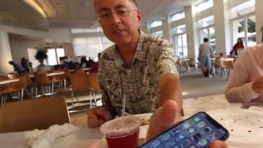 En visite au nouveau campus d'Apple à Cupertino, Brooke Amelia Peterson a filmé l'iPhone X de son père.