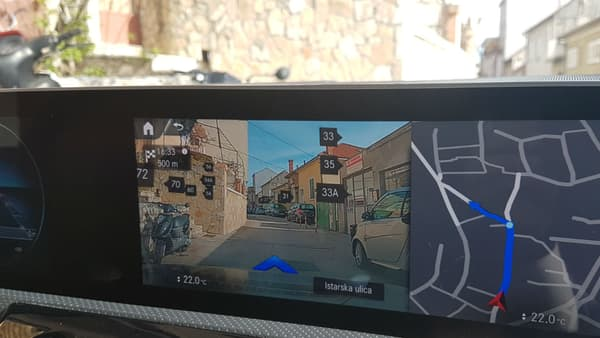 Un affichage en réalité augmentée bluffant, avec les numéros de rue qui s'affichent directement sur les images à l'écran.