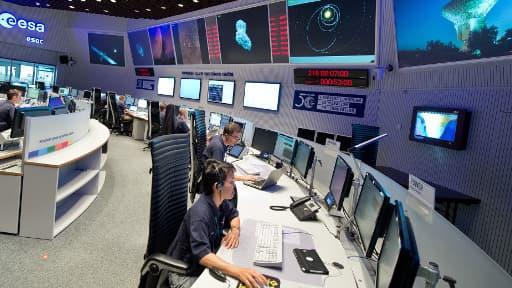 Des scientifiques suivent le bon déroulement de la mission Rosetta, au centre de contrôle de l'Agence spatiale européenne (ESA) à Darmstadt en Allemagne, le 6 août 2014.