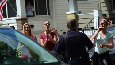 Des amis et voisins d'Amanda Berry l'accueillent après dix d'absence à Cleveland le 8 mai 2013.