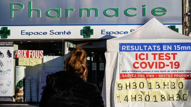 Une jeune femme à l'entrée d'une pharmacie à Le Perreux-sur-Marne, en novembre 2020 (PHOTO D'ILLUSTRATION).