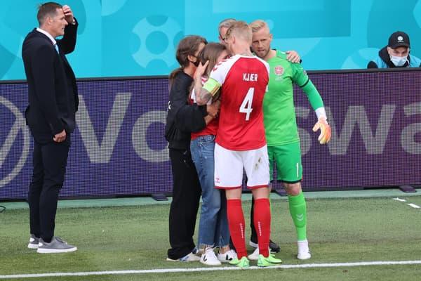 Kasper Schmeichel et Simon Kjaer avec Sabrina Kvist Jensen, compagne de Christian Eriksen (AFP)