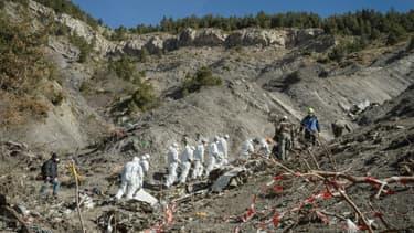 Photo fournie le 3 avril 2015 par le ministère de l'Intérieur montrant des gendarmes et enquêteurs sur les lieux du crash de l'Airbus A320 de la Germanwings dans les Alpes française, près de Seyne