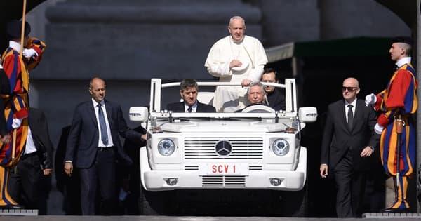 Le pape François roulait en papamobile, dérivée d'un modèle Mercedes-Benz ML à essence, jusqu'à ce qu'il en décide autrement !